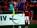Фанатка отвлекала футболиста от игры своими прелестями (ВИДЕО)