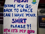 Юный фанат «Барселоны» оригинально попросил футболку у Месси (ФОТО)