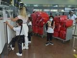 Жену хавбека «Шахтера» в аэропорту завернули обратно с 17-ю чемоданами (ФОТО)