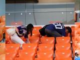 Болельщики сборной Японии убирают трибуны стадиона после каждого матча чемпионата мира (ФОТО)