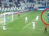 В Катаре наказали футболиста... за ходьбу на руках (ВИДЕО)