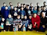 Виталий Буяльский во время отпуска привез подарки юным спортсменам