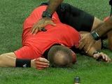 Матч Лиги Европы был прерван из-за беспорядков, которые привели к травме арбитра
