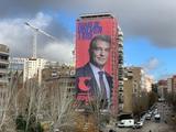 Кандидат в президенты «Барсы» повесил свой баннер возле стадиона «Реала» (ФОТО)