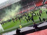 Фанаты МЮ прорвались на поле «Олд Траффорд» в знак протеста против Глейзеров. До матча с «Ливерпулем» — 2 часа