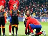 Гризманн завязал шнурки ребенку во время слушания гимна Лиги чемпионов (ФОТО)