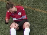 ВИДЕО: Футболистка по ходу матча вправила себе колено и продолжила игру