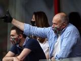 Их нравы. Генеральный директор «Локомотива» показал болельщикам средний палец (ФОТО)