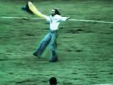 # ЦейДень 27.7.1976. Вболівальник у вишиванці і з прапором України станцював гопак на матчі збірної СРСР (відео)