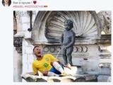 Мэр Брюсселя потроллил Неймара, «положив» его под «Писающего мальчика» (ФОТО)