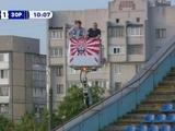 ФОТО: Два болельщика «Зари» арендовали автоподъемник, чтобы вживую посмотреть матч своей команды с «Десной»