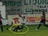 ВИДЕО: В Бразилии футболист ногой избил арбитра во время матча
