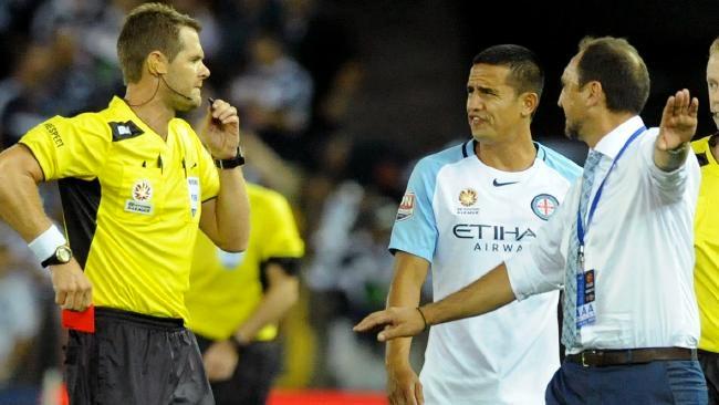 Футболист получил красную карточку начемпионате Австралии еще довыхода наполе