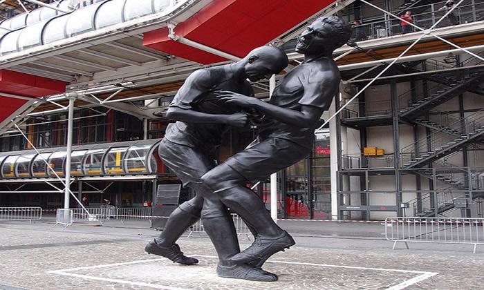 Памятник легендарному удару Зидана